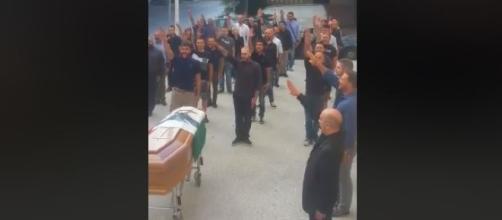 Sassari: saluto romano e bandiera di Salò ad un funerale