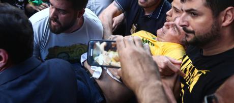 Bolsonaro sofre facada em ato público em Minas Gerais