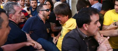 Bolsonaro estava sendo carregado no momento do ataque.