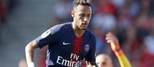 """Neymar aurait """"pleuré"""" pour retourner au FC Barcelone d'après Mundo Deportivo."""