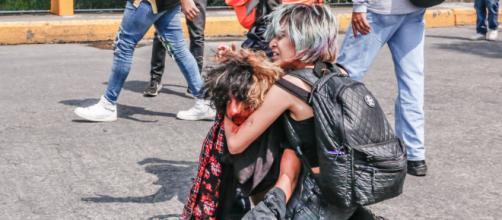 Noemi abrazando a su novio para evitar que lo siguieran golpeando. (Vía Huffington Post México- Diego Uriarte)