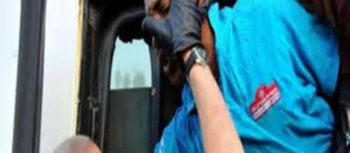 Sindaco del PD stende con un pungo un immigrato