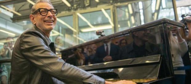 """Jurassic Park"" actor Jeff Goldblum played an impromtu jazz sing-a-long in St. Pancras Station. [Image @Londonist/Twitter]"