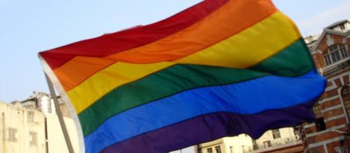A bandeira contendo as cores do arco íris é um simbolo da causa LGBT