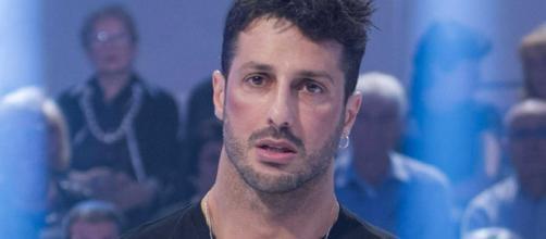 Gossip: Fabrizio Corona cade dalla bicicletta e il video diventa virale.