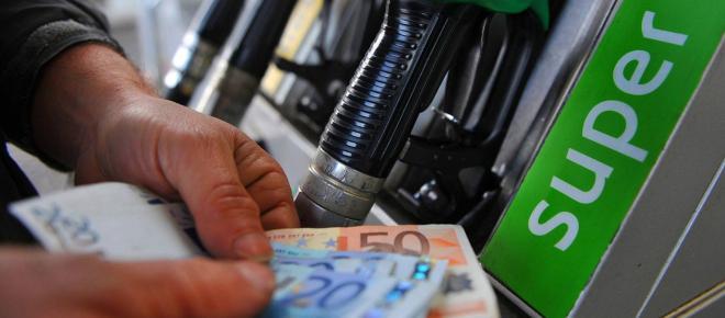 Il taglio delle accise sulla benzina potrebbe essere nella manovra del Governo