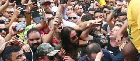 Adélio Bispo olha para Bolsonaro em foto