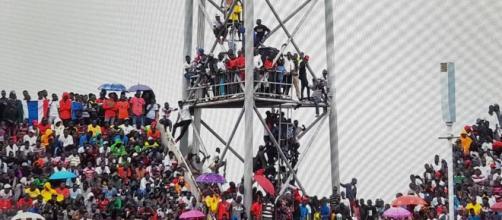 I tifosi assiepati sopra alle strutture prima di Gambia-Algeria