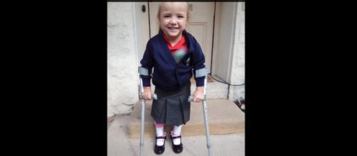 Inghilterra, bimba affetta da paralisi celebrale cammina il primo giorno di scuola (VIDEO) sul web.