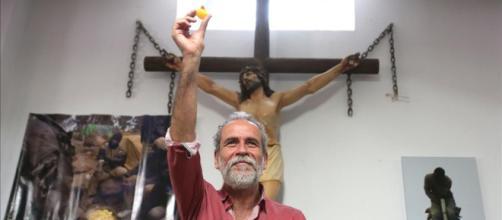 Willy Toledo, en mayo, en la parroquia San Carlos Borromeo de Madrid. / El Periódico