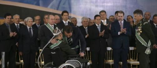 Bolsonaro abraça Villas Bôas durante cerimônia em Brasília (Valter Campanato/Agência Brasil)
