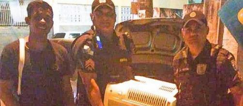 Policiais doam aparelho de ar condicionado a família carente. (Fonte: Extra)