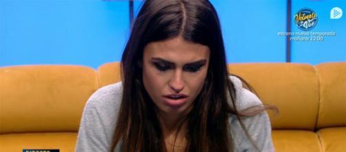 Sofía en el confe contando la traición de Ylenia
