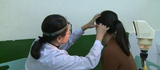 Chen recebendo tratamento após perder audição (Reprodução/Asia Wire)