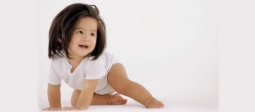 An adorable one-year-old girl is the face of Pantene Japan. [Image パンテーン公式 / PANTENE Japan Official]
