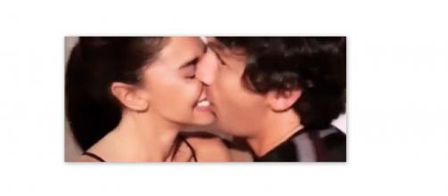 Belen Rodriguez bacia un amico di Lavezzi