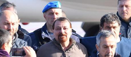 Cesare Battisti è in Italia, atterrato a Ciampino il volo dalla ... - mediaset.it