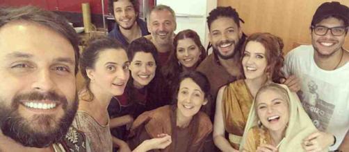 Ator Felipe Cunha, junto com outros atores da Reccord em novela Jesus (Foto/Reprdução)
