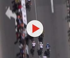 Elia Viviani trova il varco per sprintare e vincere la prima tappa del Tour Down Under