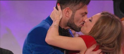 Il bacio tra Sossio Aruta e Ursula Bennardo