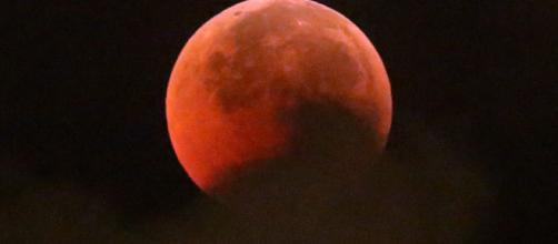 Imagem do eclipse lunar enquanto a sombra da Terra cobre a Lua, via CityNews