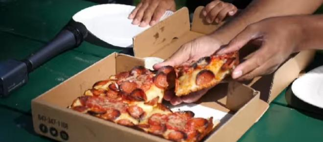 Canada: Air traffic controllers send pizzas to US colleagues to ease miseries of shutdown