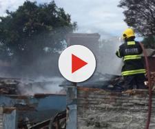 Bombeiros apagando o fogo da casa (Reprodução: Jornal Poa 24h)