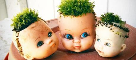 Bonecas que se transformaram em vasos de plantas (Reprodução: BoredPanda)