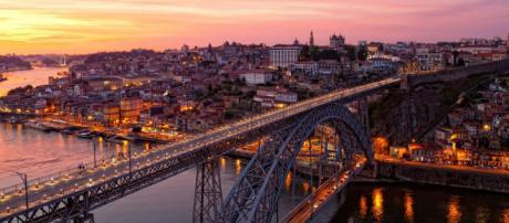 Icônica ponte D. Luiz I, a mais famosa da cidade do Porto. (Fonte da imagem: ihg.com)