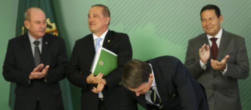Momento em que o presidente Bolsonaro assinala o novo decreto de armas | Foto: Marcelo Camargo / Agência Brasil / CP via Correio do povo