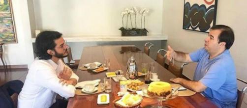 Túlio e Maia conversando durante café da manhã (Reprodução Instagram Túlio Gadêlha)