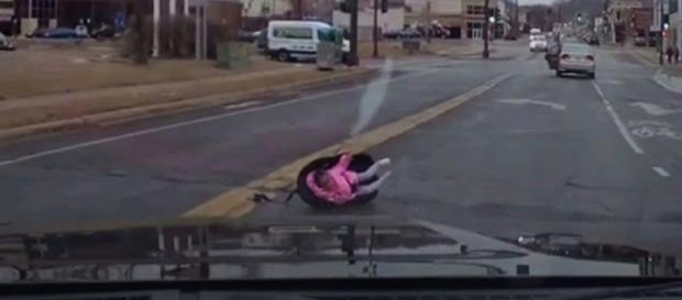 A cadeira é projetada pra fora do carro. (Reprodução/Washington Post)