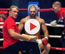Ivan Drago (Dolph Lundgren) all'angolo del figlio Viktor (Florian Munteanu) in una scena di 'Creed 2'