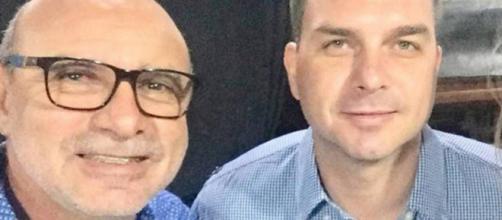 Flávio Bolsonaro ao lado de seu ex-assessor Fabrício Queiroz. (Reprodução/Facebook)