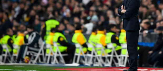 Solari como técnico del Real Madrid está de pie en el área técnica del Santiago Bernabeu en un partido de LaLiga. BigData News - iwantdata.com