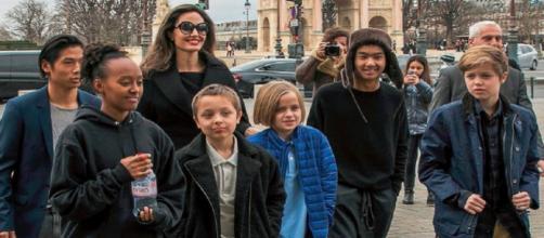 Angelina Jolie e seus seis filhos, fruto do casamento com Brad Pitt (Foto:Revista Veja)