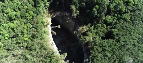 Cratera gigante em Vera Cruz - ilha de Itaparica. (Crédito: Reprodução/TV Bahia)