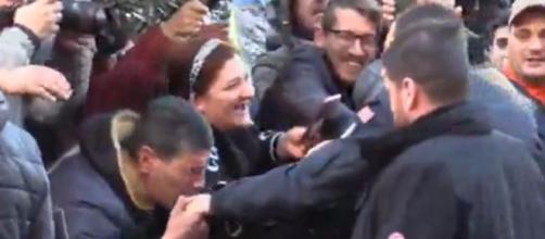 Salvini, bagno di folla ad Afragola (Napoli): c'è pure chi gli bacia la mano