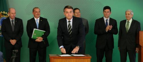 Bolsonaro e sua equipe. Foto: Alan Santos/PR