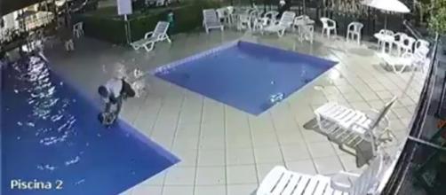 Imagem da câmera de segurança no momento em que o porteiro salva a criança, via Portal G1