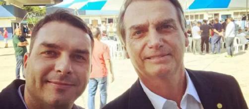 Flávio Bolsonaro com seu pai, Jair Bolsonaro. (Facebook/Reprodução)