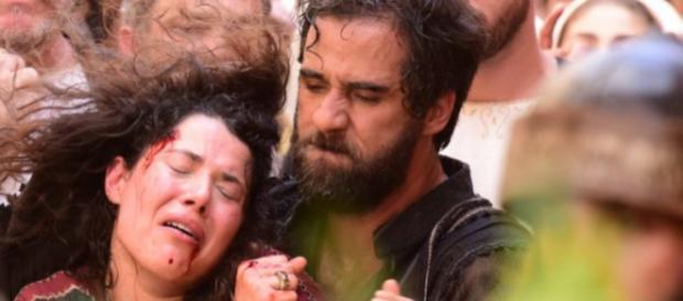 Simão Fariseu (Rafael Sardão) arrasta Laila (Manuela do Monte) pelos cabelos (Foto: Blad Meneghel/ Record TV)