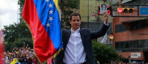 El opositor Juan Guaidó asumió la presidencia interina de Venezuela.