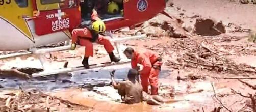 Nove pessoas foram resgatadas com vida do meio da lama. (Crédito: TV Record)