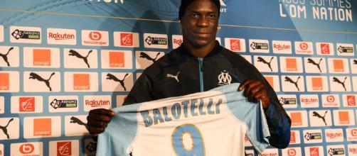 OM : Mario Balotelli pose officiellement avec le maillot de Marseille - rtl.fr