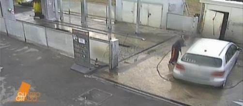 """A """"Quarto Grado"""" le immagini esclusive di Chiara Alessandri mentre lava l'auto dopo il delitto"""