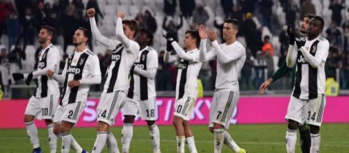 Alcuni giocatori della Juventus sotto la curva (foto: foxsport.it)
