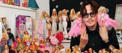 Johnny Depp tem uma coleção de bonecas Barbie (Foto: Reprodução/The Sun)