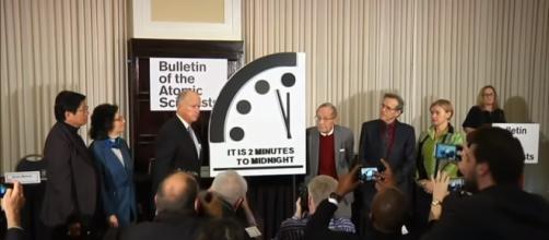 L'orologio dell'apocalisse viene settato a due minuti dalla mezzanotte.