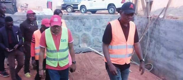 Le maire Jacques Yoki Onana lors de la visite guidée du nouveau bâtiment (c) Virginie Nga